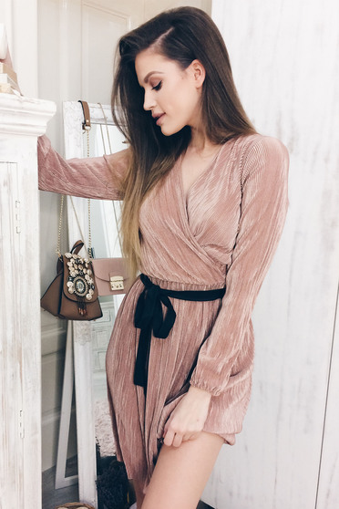 Rochie StarShinerS rosa eleganta plisata accesorizata cu cordon