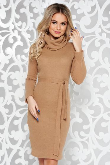 Rochie PrettyGirl crem casual cu un croi mulat din material tricotat captusita pe interior accesorizata cu cordon
