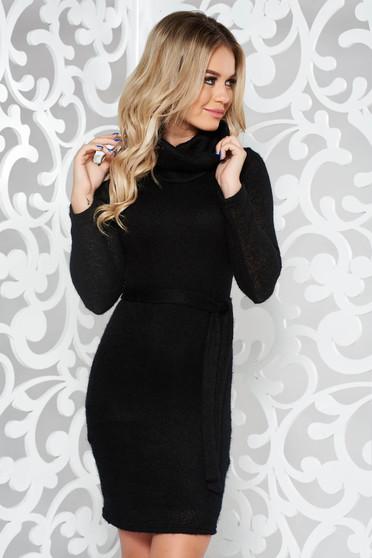 Rochie PrettyGirl neagra casual cu un croi mulat din material tricotat captusita pe interior accesorizata cu cordon