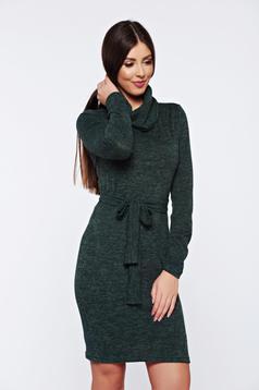 Rochie PrettyGirl verde-inchis casual tricotata accesorizata cu cordon
