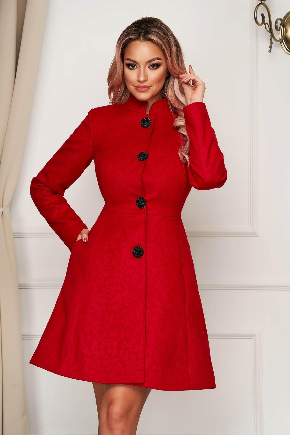 Palton rosu elegant scurt in clos din stofa neelastica cu umerii buretati captusit pe interior