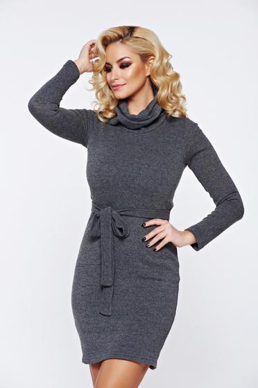 Rochie PrettyGirl gri casual tricotata accesorizata cu cordon