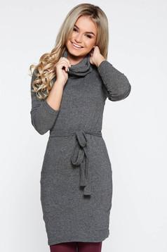 Rochie PrettyGirl gri casual cu un croi mulat din material tricotat captusita pe interior accesorizata cu cordon