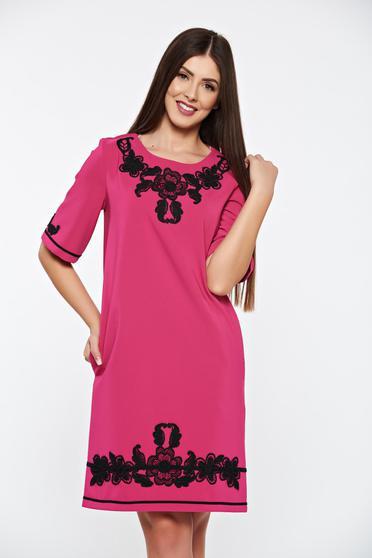 Rochie LaDonna roz eleganta cu croi larg din material usor elastic cu insertii de broderie si cu buzunare
