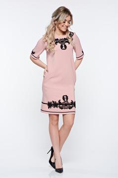 Rochie LaDonna rosa eleganta cu croi larg din material usor elastic cu insertii de broderie si cu buzunare