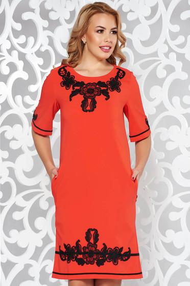 Rochie LaDonna rosie eleganta cu croi larg din material usor elastic cu insertii de broderie si cu buzunare