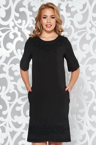 Rochie LaDonna neagra eleganta cu croi larg din material usor elastic cu insertii de broderie si cu buzunare