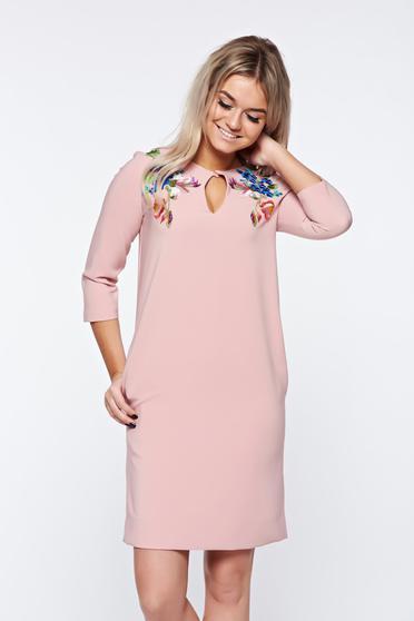 Rochie LaDonna rosa eleganta cu croi larg din material fin la atingere cu broderie
