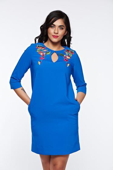Rochie LaDonna albastra eleganta cu croi larg din material fin la atingere cu broderie