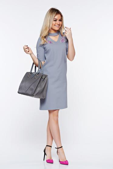 poze cu Rochie StarShinerS gri eleganta brodata cu un croi drept din stofa subtire usor elastica