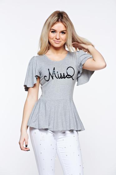 Bluza dama MissQ gri casual din material elastic si fin cu print si volanase
