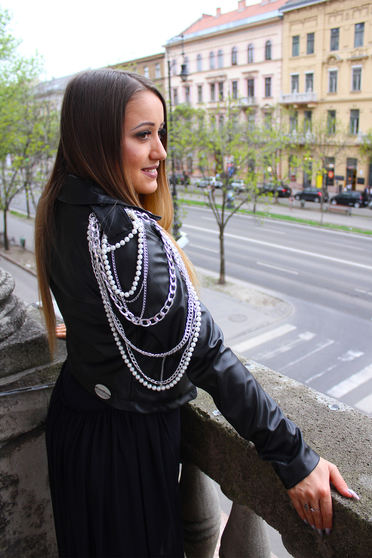 Geaca Ocassion neagra casual din piele ecologica captusita pe interior accesorizata cu lanturi si perle