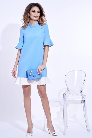 Rochie PrettyGirl albastra-deschis eleganta cu croi larg din material usor elastic cu accesoriu metalic