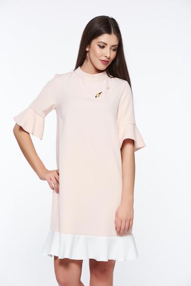 Rochie PrettyGirl rosa eleganta cu croi larg din material usor elastic cu accesoriu metalic