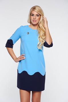 Rochie PrettyGirl albastra-deschis office cu croi larg din material usor elastic cu accesoriu metalic