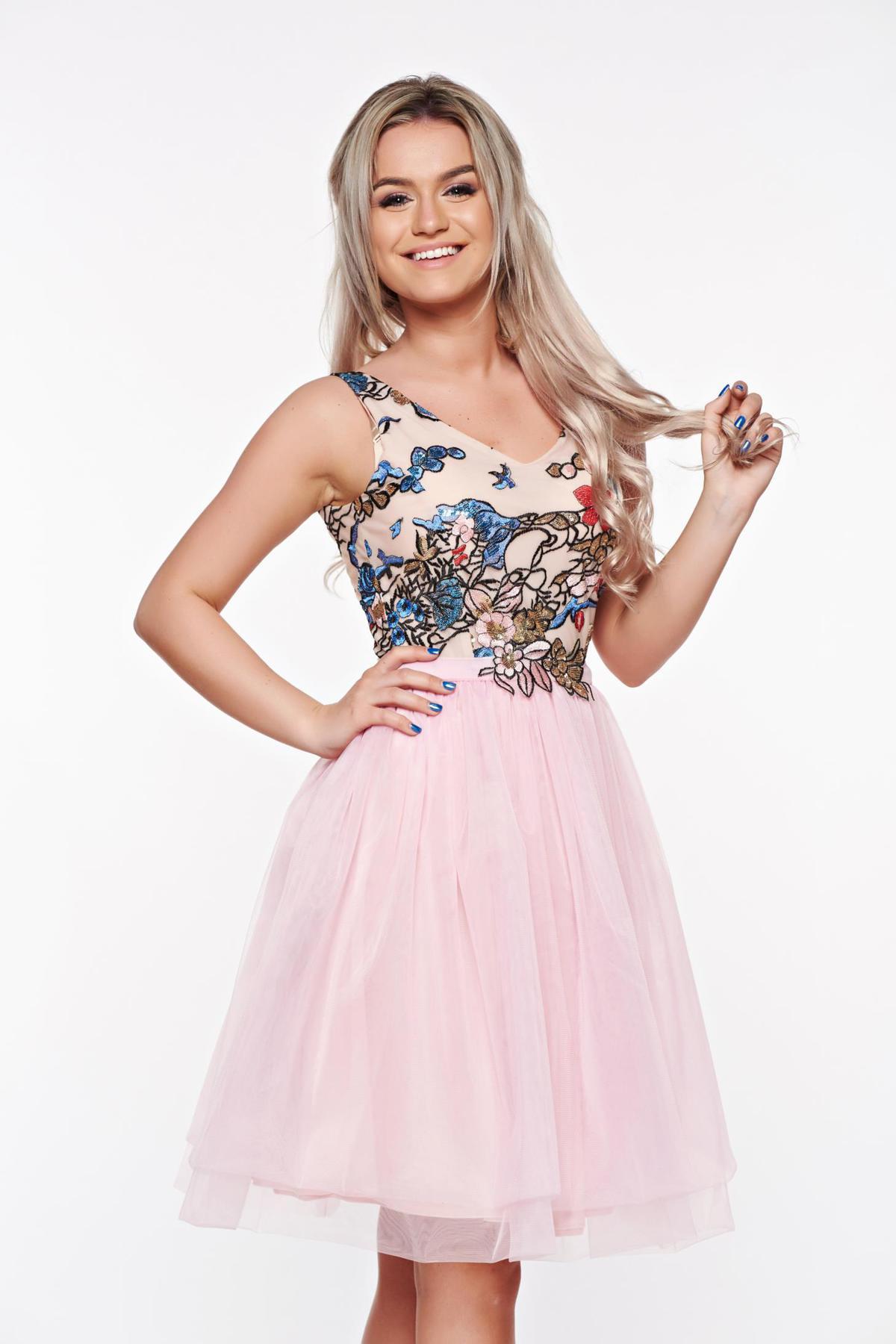 Rochie StarShinerS rosa de ocazie in clos din tul captusita pe interior cu insertii de broderie si paiete