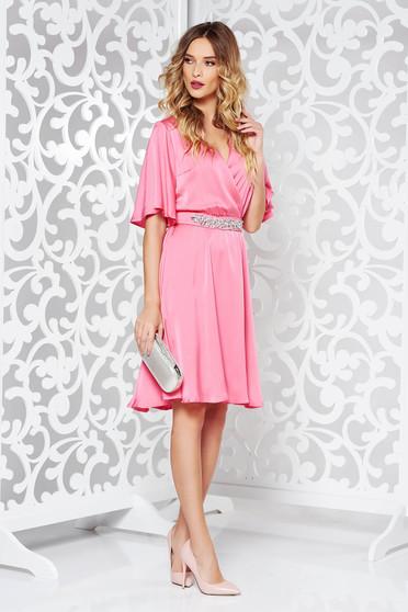 Rochie StarShinerS rosa de ocazie din material satinat captusita pe interior accesorizata cu cordon cu pietre stras
