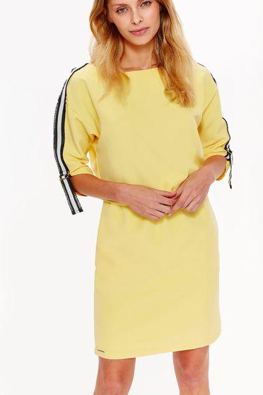 Rochie Top Secret galbena casual cu croi larg din material usor elastic captusita pe interior cu elastic in talie