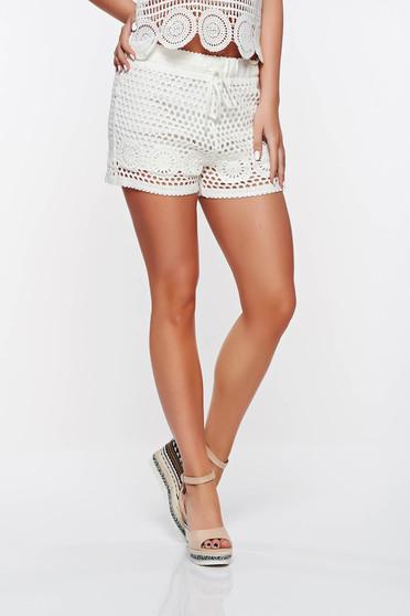 Pantalon scurt SunShine alb casual cu talie medie din material crosetat captusit pe interior cu elastic in talie