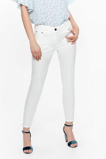 Pantaloni Top Secret albe casual din bumbac cu un croi mulat cu buzunare