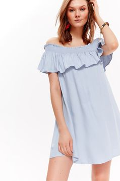 Rochie Top Secret albastra-deschis casual cu croi larg din material vaporos cu umeri goi