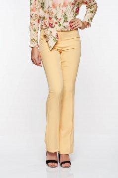 Pantaloni PrettyGirl mustarii eleganti evazati din material elastic si fin cu talie medie