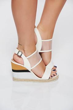 Sandale albe casual din piele ecologica accesorizata cu o catarama metalica