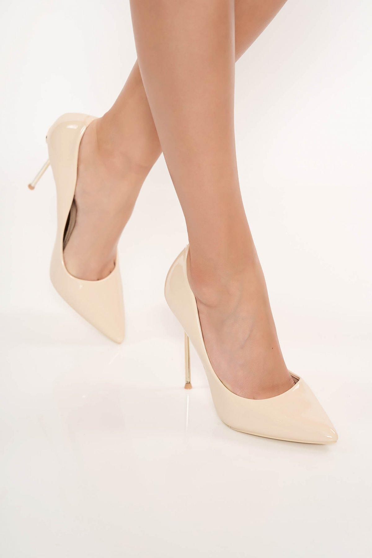Pantofi crem eleganti din piele ecologica lacuita cu varful usor ascutit cu toc inalt din metal