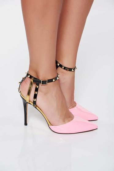 Pantofi roz eleganti din piele ecologica lacuita cu tinte metalice