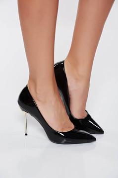 Pantofi negru elegant din piele ecologica lacuita cu varful usor ascutit cu toc inalt din metal