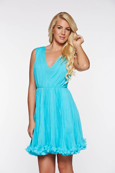 Rochie albastra-deschis de ocazie in clos din voal plisat captusita pe interior cu decolteu in v