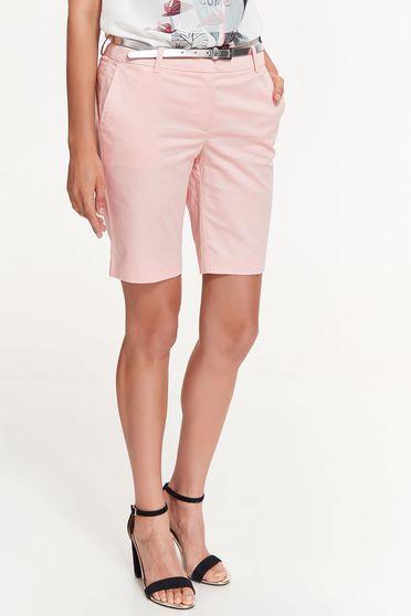Pantalon scurt Top Secret rosa cu talie medie cu buzunare din bumbac elastic cu accesoriu tip curea