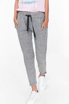 Pantaloni Top Secret gri casual cu snur in talie din material usor elastic cu buzunare