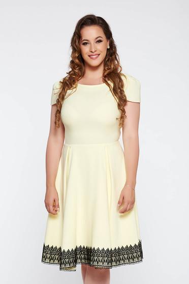 Rochie galbena eleganta in clos din stofa usor elastica captusita pe interior cu aplicatii de dantela