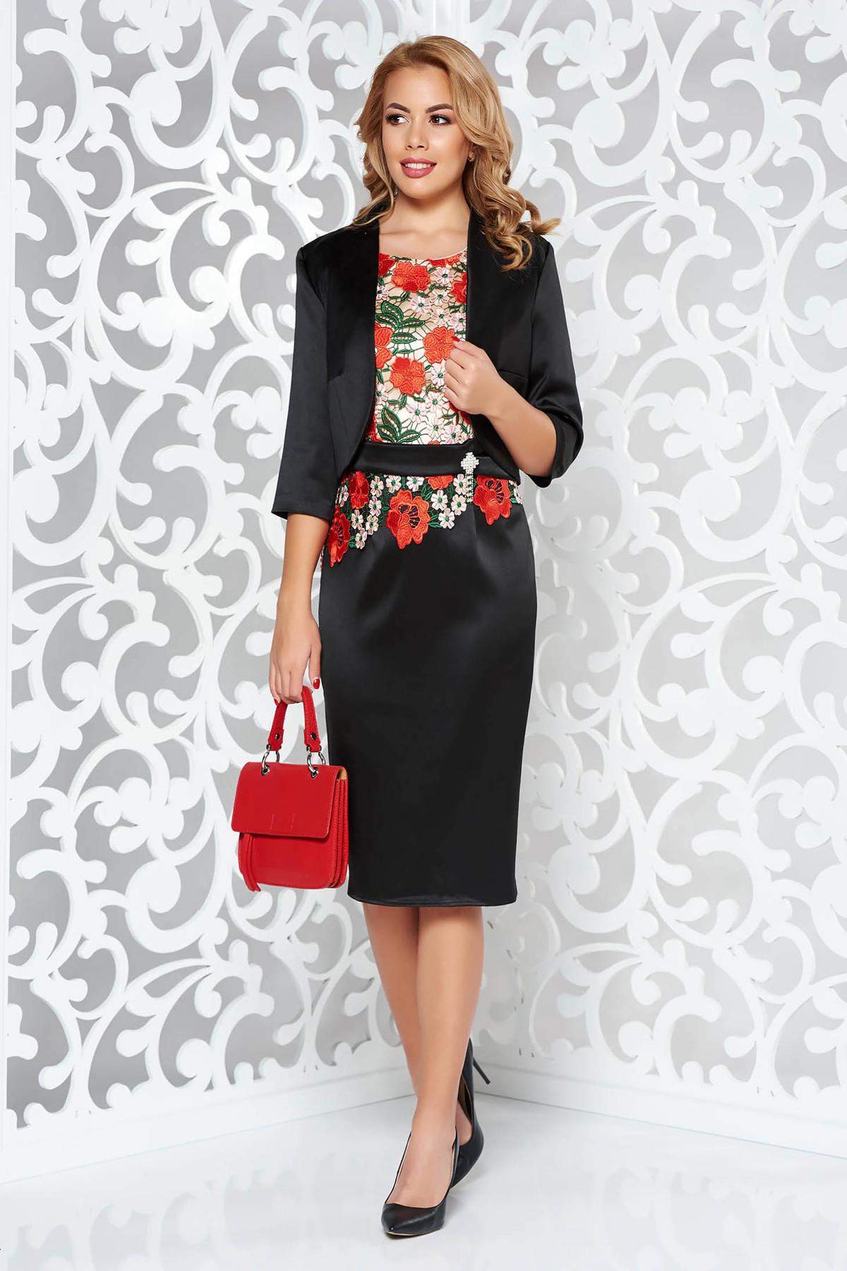 Costum Dama Negru Elegant Cu Un Croi Mulat Din Material Satinat Captusit Pe Interior Cu Insertii De Broderie