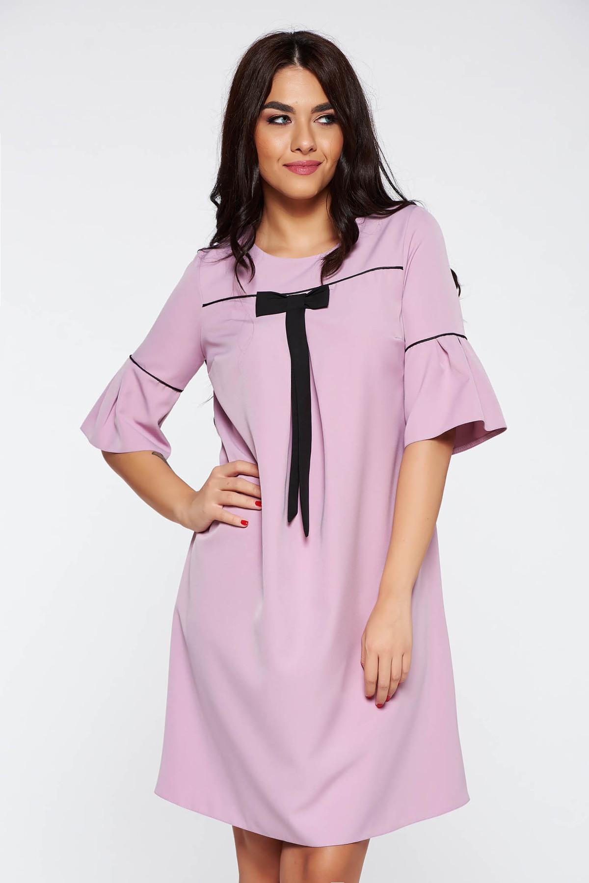 Rochie roz deschis eleganta cu croi larg din stofa subtire usor elastica cu maneci clopot