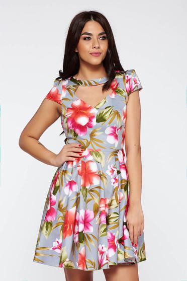 Rochie gri de zi in clos din material elastic decupat la bust cu imprimeuri florale
