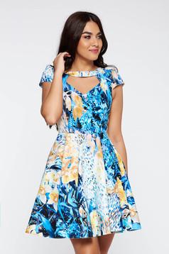 Rochie albastra de zi in clos din material elastic decupat la bust cu imprimeuri florale