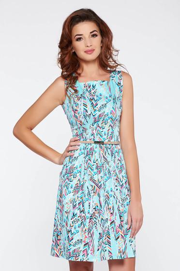Rochie albastra-deschis casual fara maneci in clos din bumbac cu print cu accesoriu tip curea