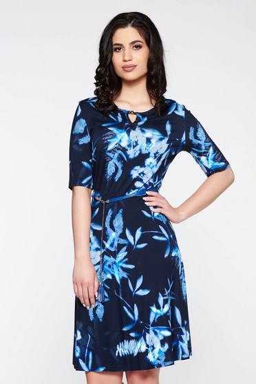 Rochie albastra-inchis casual cu maneca scurta in clos cu accesoriu tip curea cu print