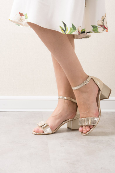 Sandale aurii elegante din piele naturala cu toc gros accesorizate cu o fundita