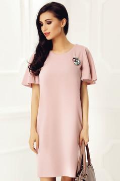 Rochie StarShinerS rosa eleganta cu un croi drept cu maneci tip fluture accesorizata cu brosa