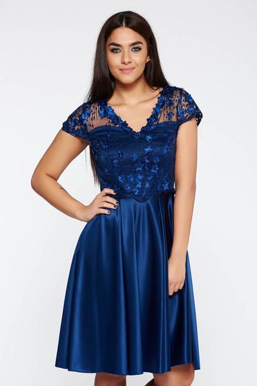 Rochie albastra-inchis de ocazie croi in clos din material satinat cu aplicatii cu margele