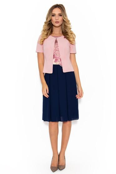 Costum damă rosa elegant din material fin la atingere captusit pe interior cu insertii de broderie