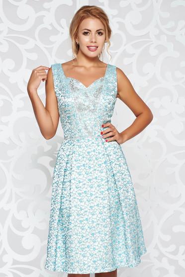 Rochie albastra-deschis de ocazie croi in clos din jaquard cu aplicatii cu pietre strass