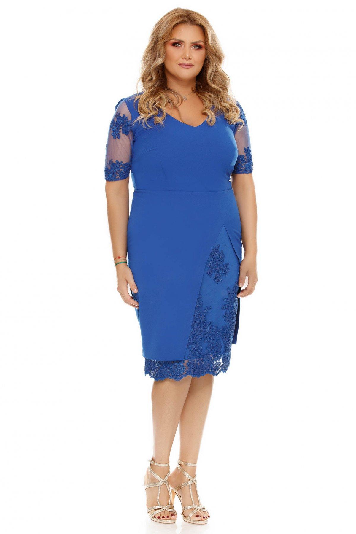 Rochie albastra de ocazie cu un croi mulat cu aplicatii de dantela din stofa usor elastica