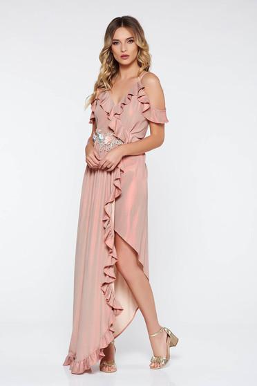 Rochie rosa de ocazie asimetrica cu umeri goi din material lucios elastic cu volanase