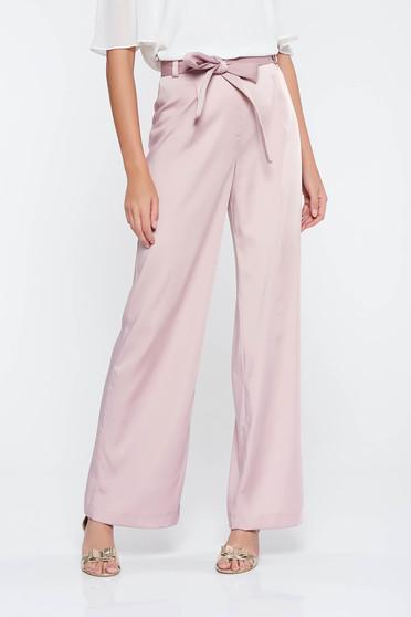 Pantaloni rosa eleganti evazati cu talie inalta din stofa usor elastica accesorizati cu cordon