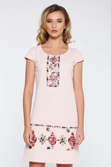 Rochie roz deschis eleganta cu croi larg din material elastic si moale cu insertii de broderie