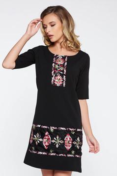 Rochie neagra eleganta cu un croi drept din stofa usor elastica cu insertii de broderie